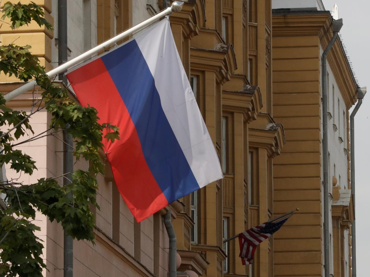 A Russian flag flies in front of the US embassy building in Moscow on July 28, 2017. Photo: Reuters / Tatyana Makeyeva