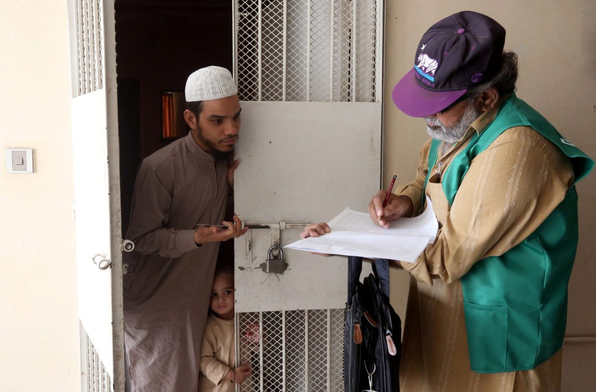 A census enumerator notes details from a resident during Pakistan's 6th population census, in Karachi, Pakistan, on March 15, 2017. Photo: Reuters / Akhtar Soomro