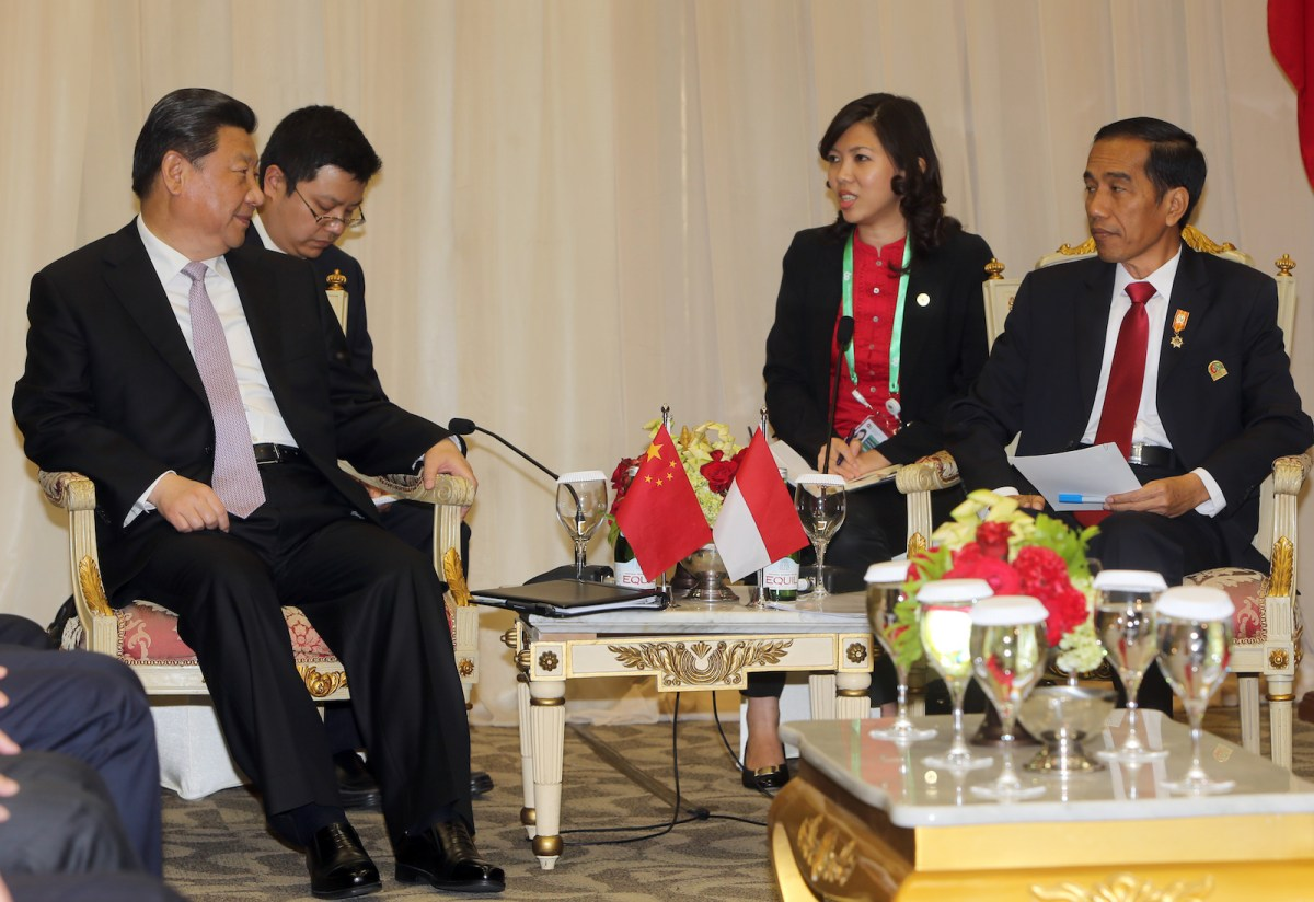 Indonesian President Joko Widodo (R) meets with China's President Xi Jinping (L) during a bilateral meeting on the sidelines of the Asian Africa Conference in Jakarta on April 22, 2015. Photo: AFP