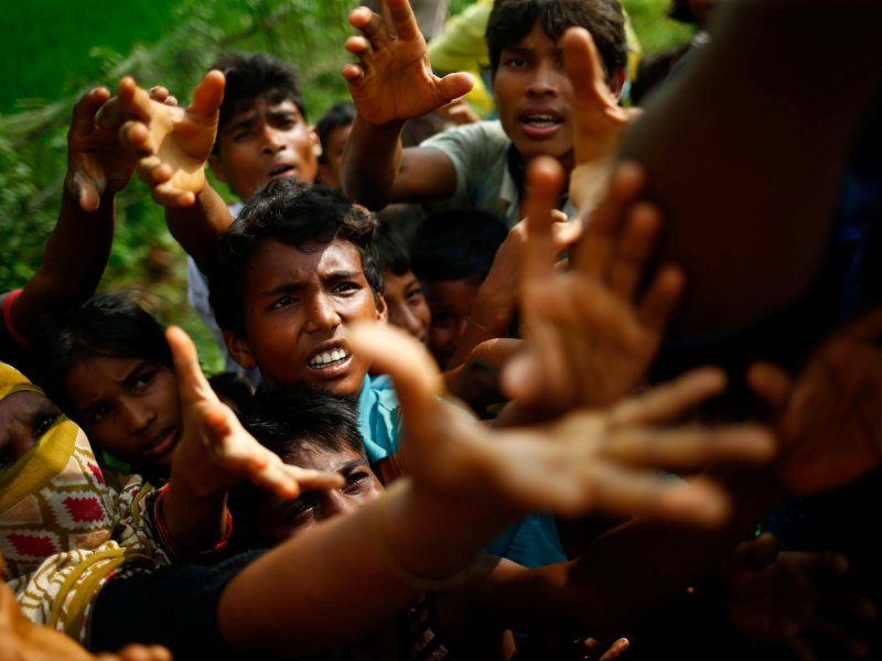 Rohingya refugees stretch out their hands for food near Balukhali in Cox's Bazar, Bangladesh, Sept. 4, 2017. Photo: Reuters/ Mohammad Ponir Hossain