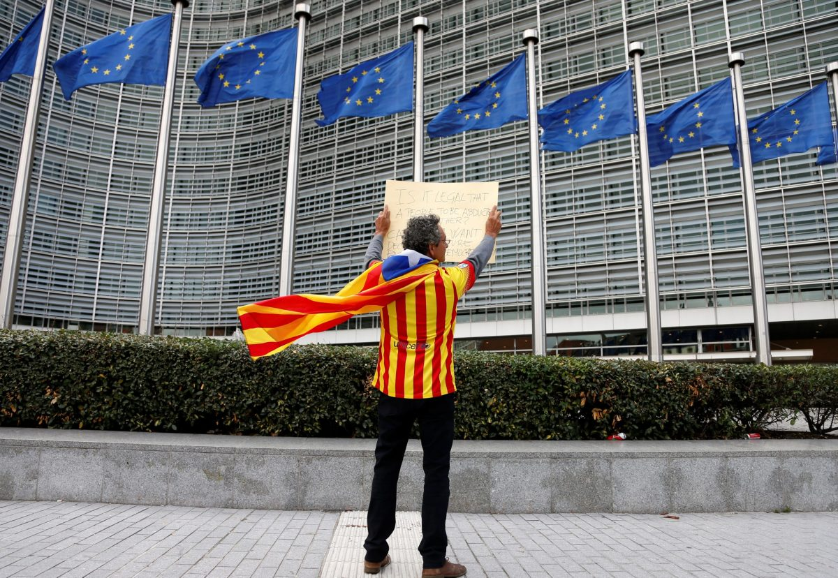 Catalan Raimon Castellvi, wearing a Catalan separatist flag, protests outside the European Commission in Brussels. Photo: Reuters / Francois Lenoir