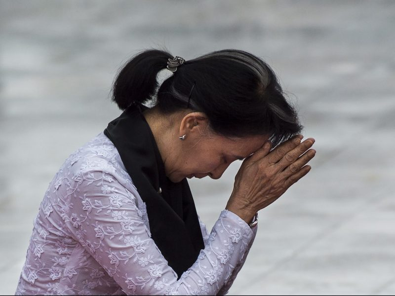 Myanmar State Counsellor and Foreign Minister Aung San Suu Kyi pays her respects to her late father as Myanmar marks the 70th anniversary of Martyrs' Day in Yangon on July 19, 2017. Photo: AFP/Ye Aung Thu