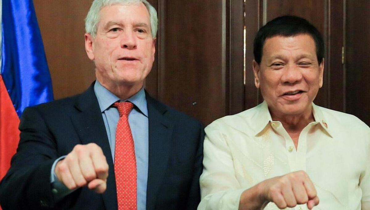 Australian spy chief Nick Warner and Philippine President Rodrigo Duterte pose for the cameras during an August 22 meeting in Manila. Photo: Reuters