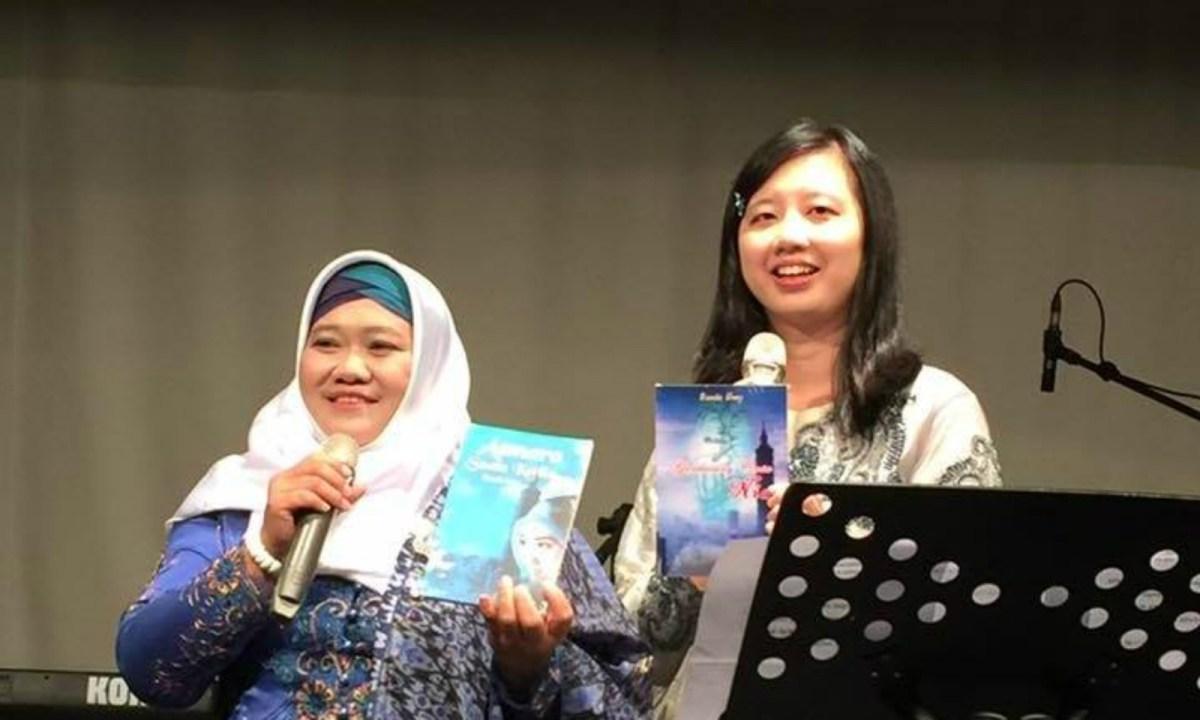Umi Sugiharti (left) holds her book Asmara Suatu Ketika. Photo: Bunda Umy / Facebook