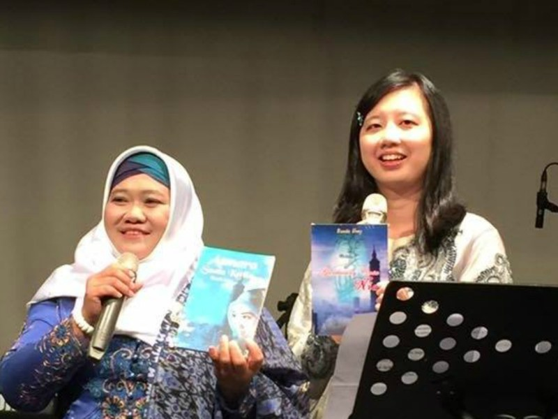 Umi Sugiharti (left) holds her book Asmara Suatu Ketika. Photo: Bunda Umy / Facebook