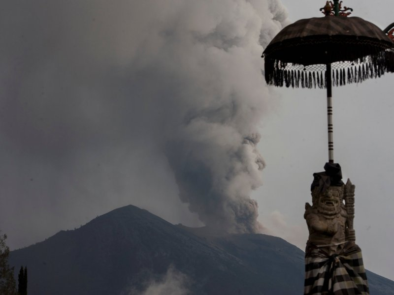 Mount Agung's eruption as seen from Besakih temple in Karangasem, Bali, Indonesia November 28, 2017. Antara Foto/Nyoman Budhiana via Reuters