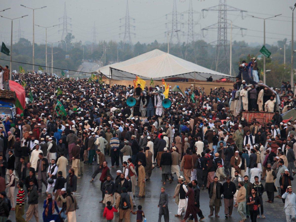 Members of Tehreek-e-Labaik Pakistan, an Islamist political party, gather during a sit-in in Rawalpindi on November 17, 2017. Photo: Reuters / Faisal Mahmood