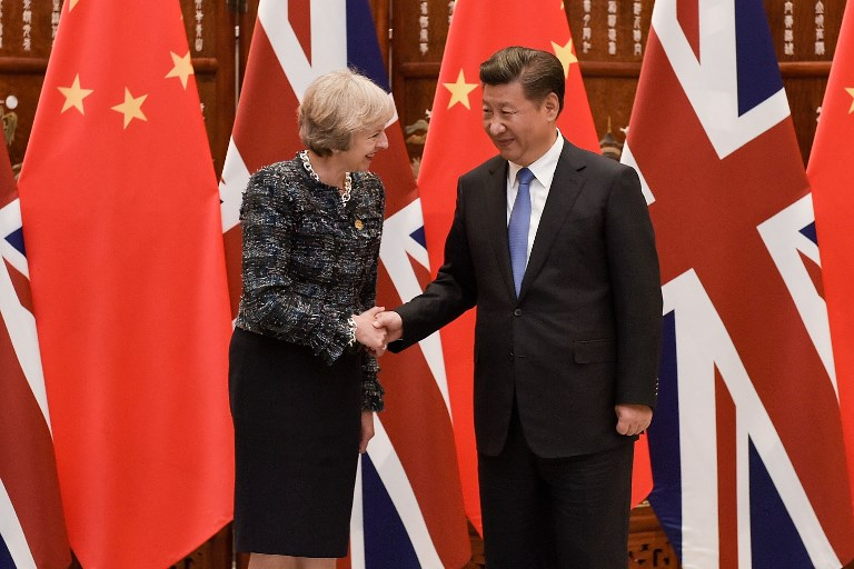 Chinese President Xi Jinping shakes hand with British Prime Minister Theresa May before their meeting at the West Lake State House in Hangzhou. Photo: AFP / Etienne Oliveau