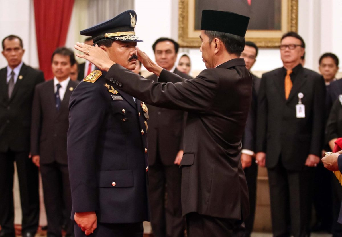Indonesian President Joko Widodo (right) inaugurates Air Force Marshal Hadi Tjahjanto as the country's new military chief at the presidential palace in Jakarta on December 8, 2017. Photo: AFP / Gagah Adhaputra