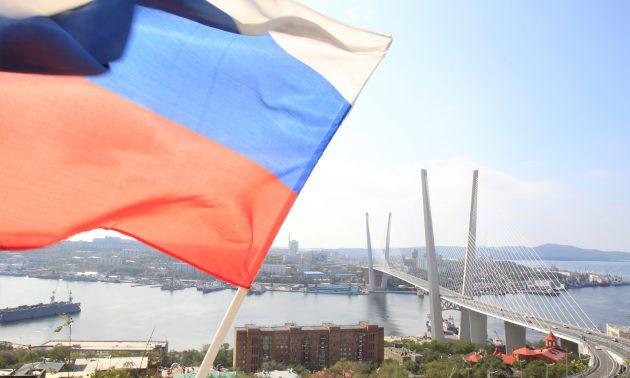 2012年9月10日,俄罗斯远东城市符拉迪沃斯托克的金角湾上,俄罗斯国旗飘扬在桥前。相片:路透社/ Sergei Karpukhin
