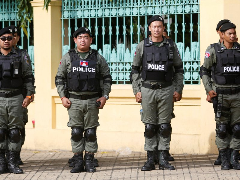 Police officers stand guard near the Supreme Court of Phnom Penh, Cambodia, October 31, 2017. REUTERS/Samrang Pring