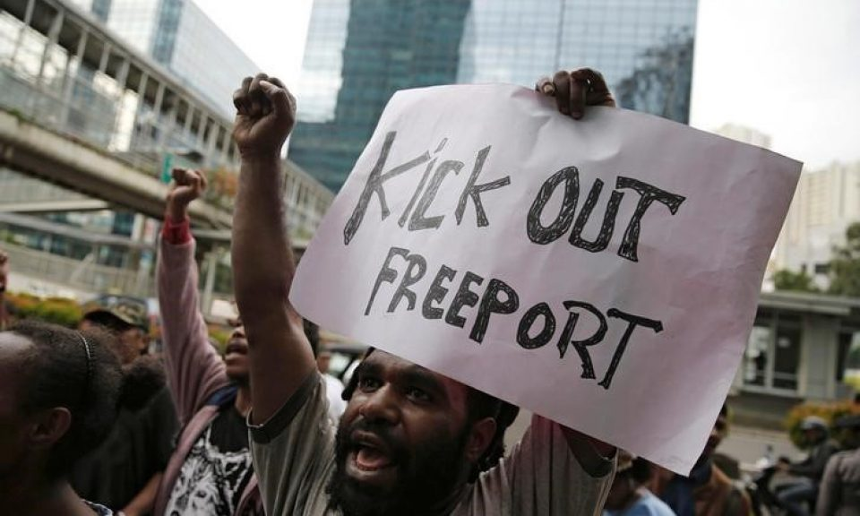 一名学生在PT Freeport印尼总部举行示威活动,要求該公司关闭其在雅加达巴布亚省的矿井。 相片:路透社/ Beawiharta