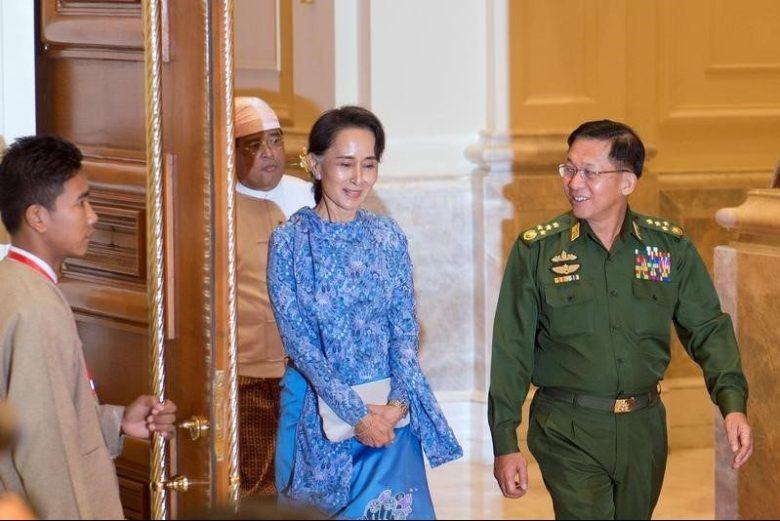Aung San Suu Kyi (C) and Myanmar Military Chief Senior General Min Aung Hlaing arrive (R)  in Naypyitaw, Myanmar; March 30, 2016. REUTERS/Ye Aung Thu/Pool