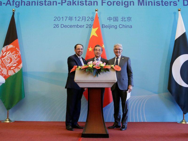 左起:阿富汗外长拉巴尼、中国外交部长王毅和巴基斯坦外长阿齐兹于2017年12月26日首次在北京举行中阿双边外交部对话后出席了联合新闻发布会。相片:路透社/ Jason Lee