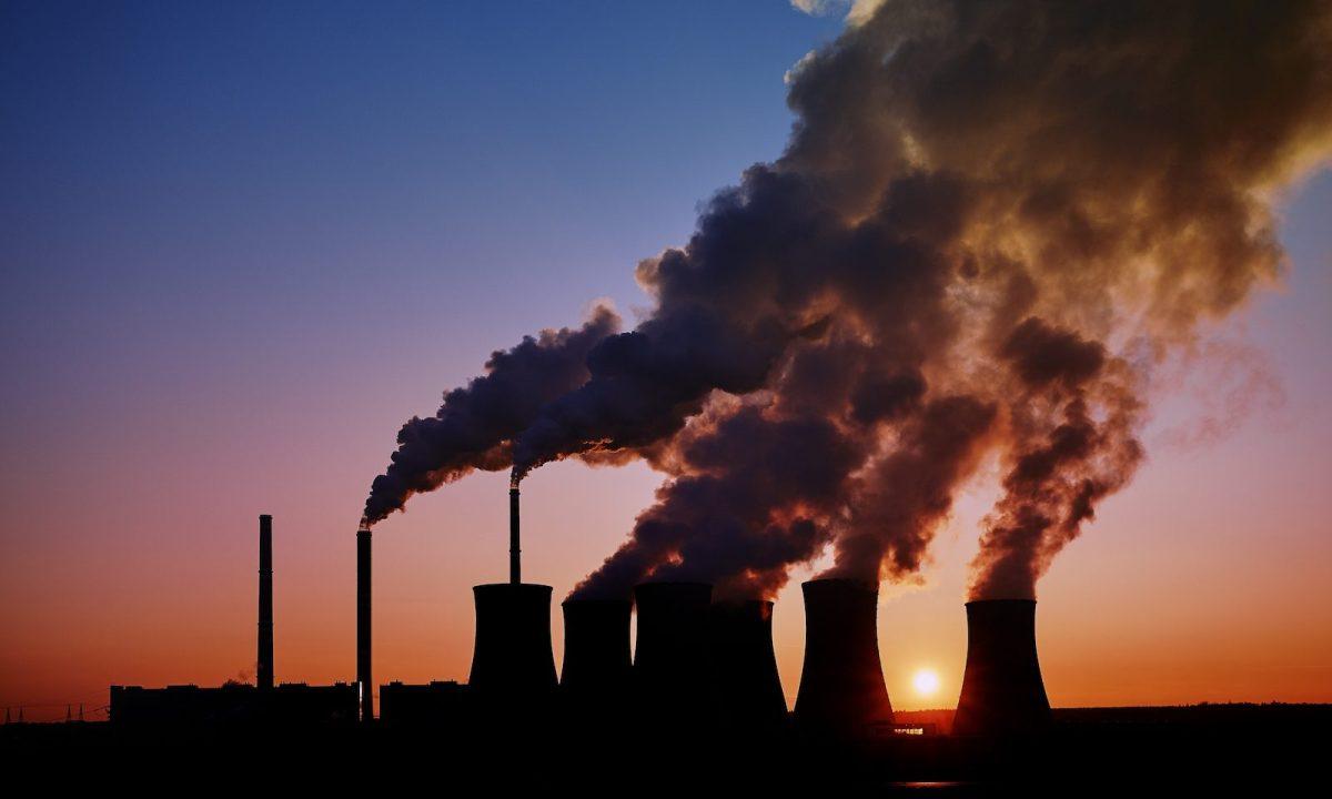 燃煤发电站在日落时分的剪影。相片:iStock