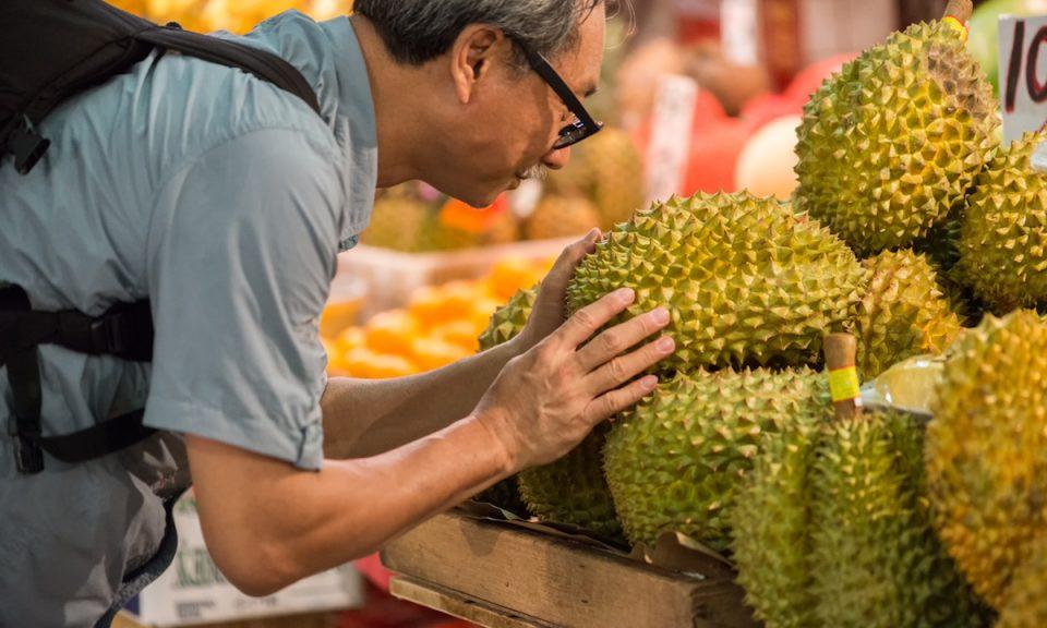 一名买家在香港的菜市场挑选榴梿。相片:iStock/Getty Images