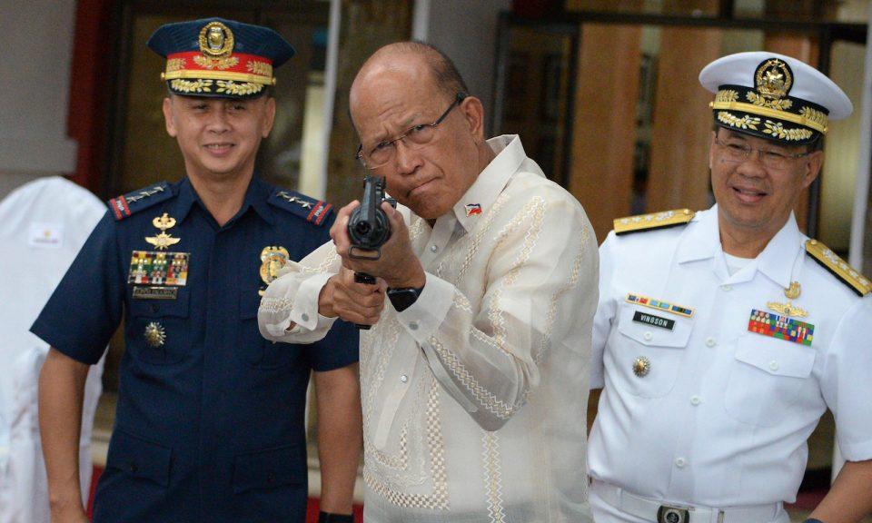 2017年10月5日,菲律宾国防部长罗伦沙纳(图中)在马尼拉的军事总部举行仪式期间,试用中国政府捐赠的CQ-A5b型步枪。相片:AFP/Ted Aljibe