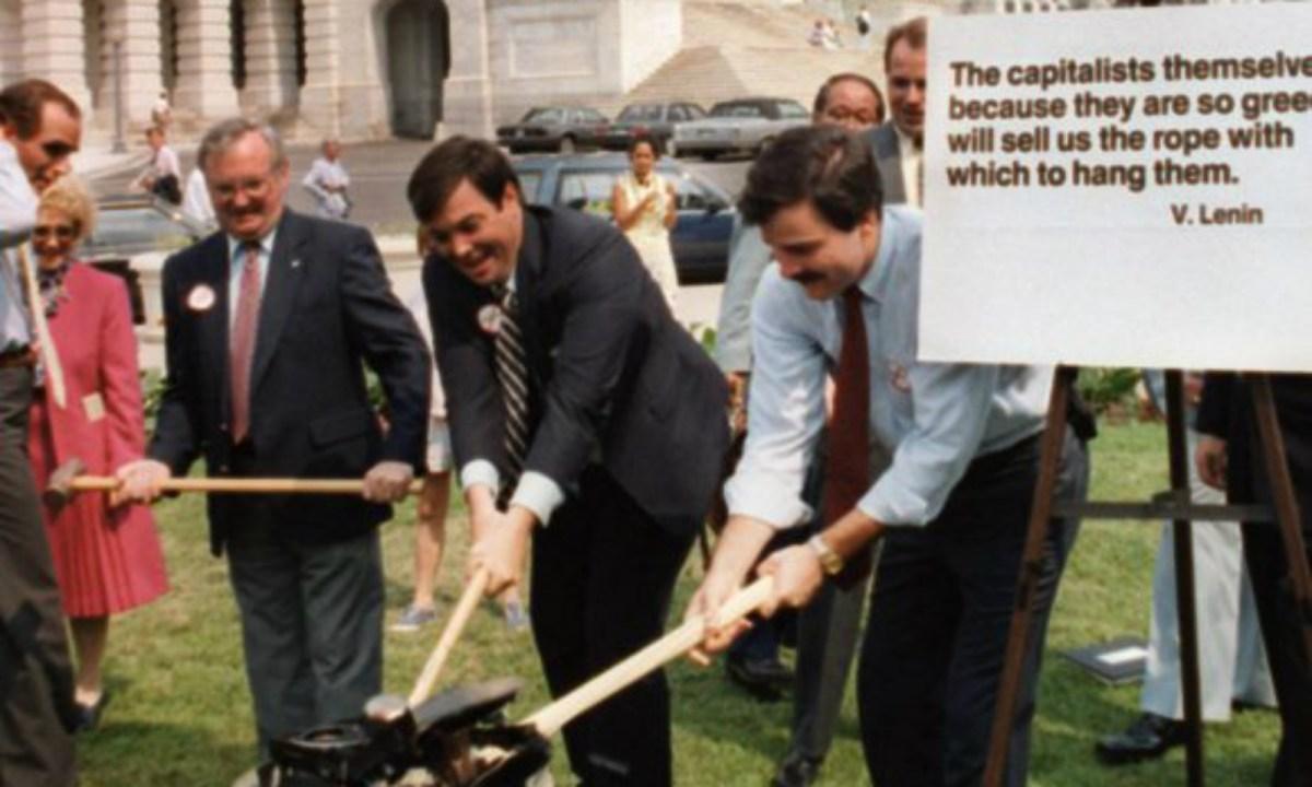 1987年7月1日,美国保守联盟(American Conservative Union)主席David Knee(图中)在华盛顿国会山庄用锤子摧毁一部东芝(Toshiba)收音机。美国国会参议院当时得悉东芝被指贩卖秘密潜艇科技予苏联后,投票通过抵制其产品。相片: AFP / Renato Rotolo