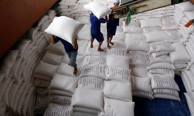 2017年7月6日,在越南南部的湄公河三角洲的稻米加工厂内,工人把米袋运送到出口货船上 相片:Reuters/Kham