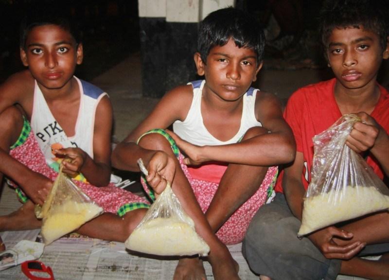 孟加拉的婚宴厨余由Prochesta基金会的义工收集和分发给需要帮助的人。相片:Faisal Mahmud