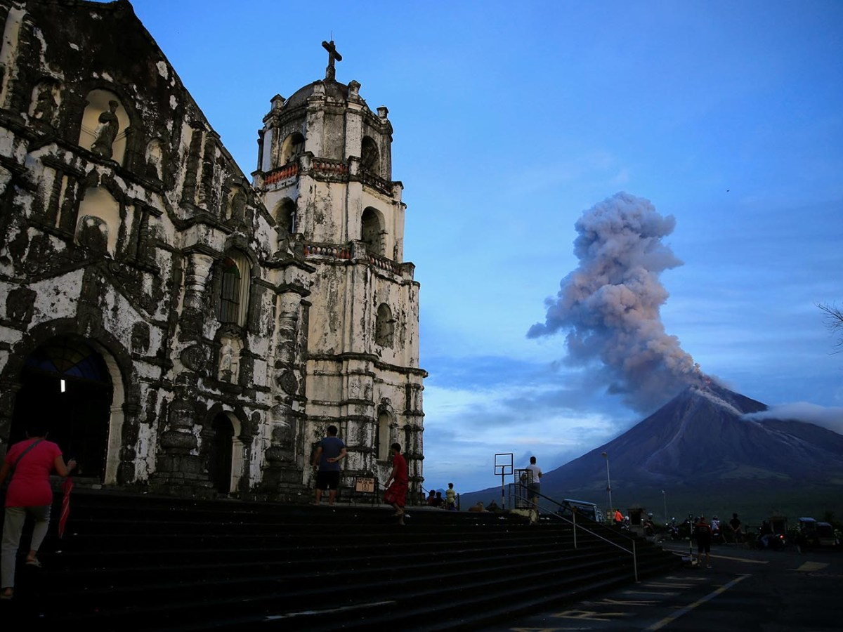 Mount Mayon erupts in Daraga, Albay province, south of Manila on January 25, 2018. Photo: Reuters/Romeo Ranoco