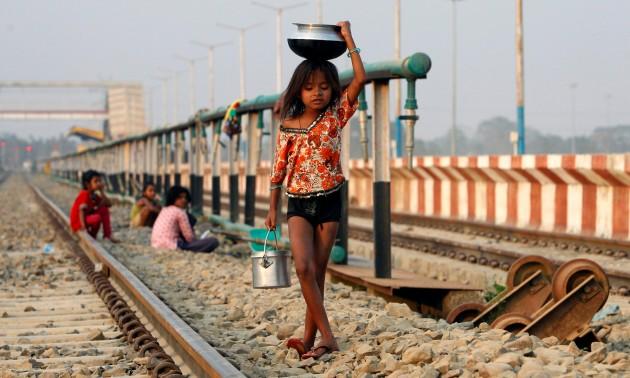 印度教师正在使用创新的方法来吸引学童持续上课学习。联合国其中一个千禧年发展目标是消除中小学教育中的性别差距。相片:Reuters