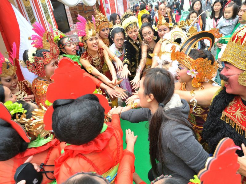Hong Kong people take part in a Nepalese folk dance with performers. Photo: HK Government