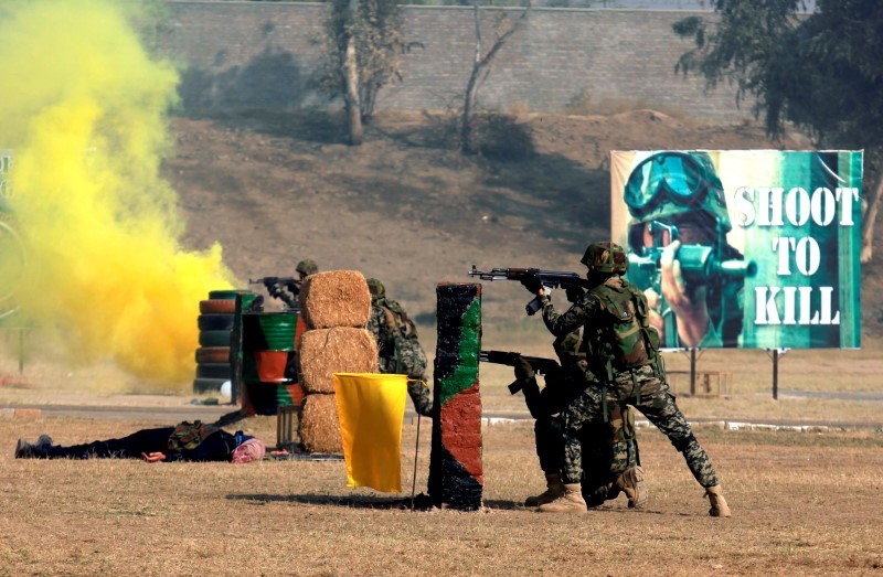 Pakistani paramilitary troops take part in combat drills during a ceremony in connection with '53rd Frontier Corps Week' in Peshawar, Pakistan, November 19, 2016. Photo: Reuters/Fayaz Aziz