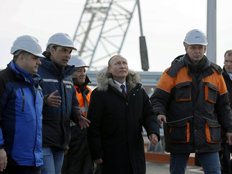 Russian President Vladimir Putin (center) inspects the road section of the road-and-rail Crimean Bridge over the Kerch Strait on March 14, 2018. Photo: AFP / Yuri Kochetkov