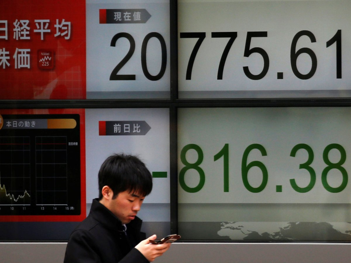 An electronic board tracking the Nikkei highlights a dip in the market. Photo: Reuters / Toru Hanai