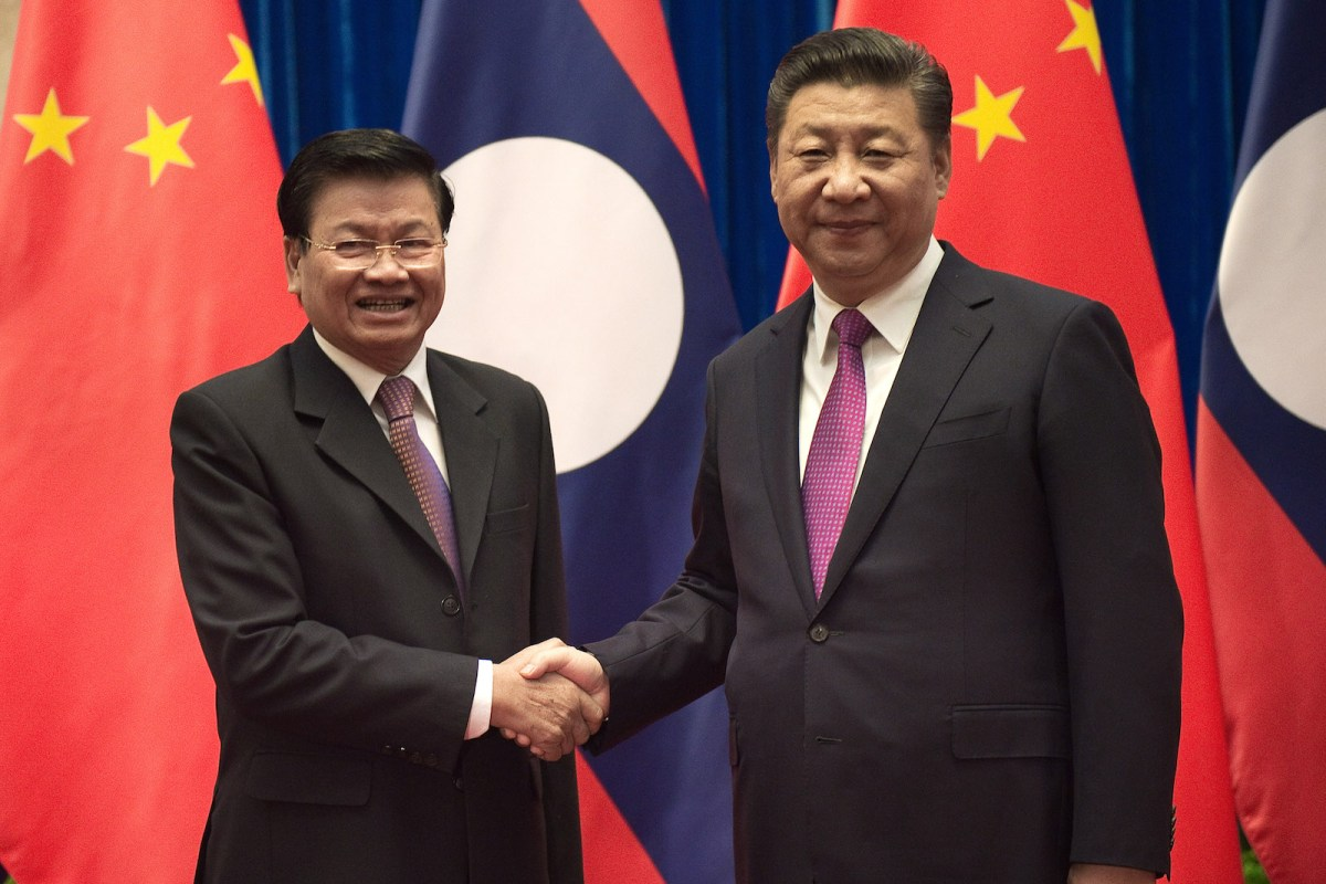 Laos' Prime Minister Thongloun Sisoulith (L) shakes hands with China's President Xi Jinping (R) at the Great Hall of the People in Beijing on December 1, 2016. Photo: AFP/Nicolas Asfouri
