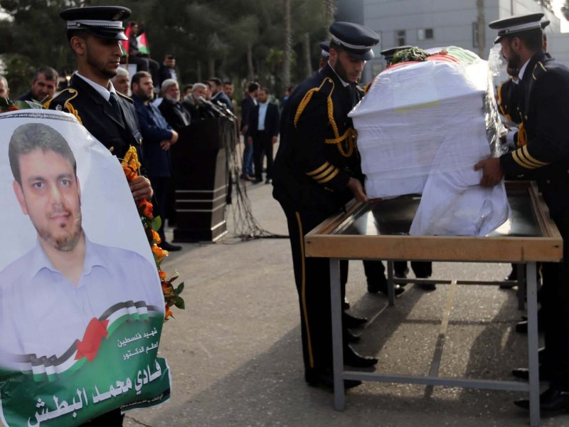 Members of Palestinian Hamas security forces carry a coffin containing the body of Palestinian engineering lecturer Fadi al-Batsh, who was shot dead in Malaysia, in the southern Gaza Strip April 26, 2018. Photo: Reuters/Ibraheem Abu Mustafa