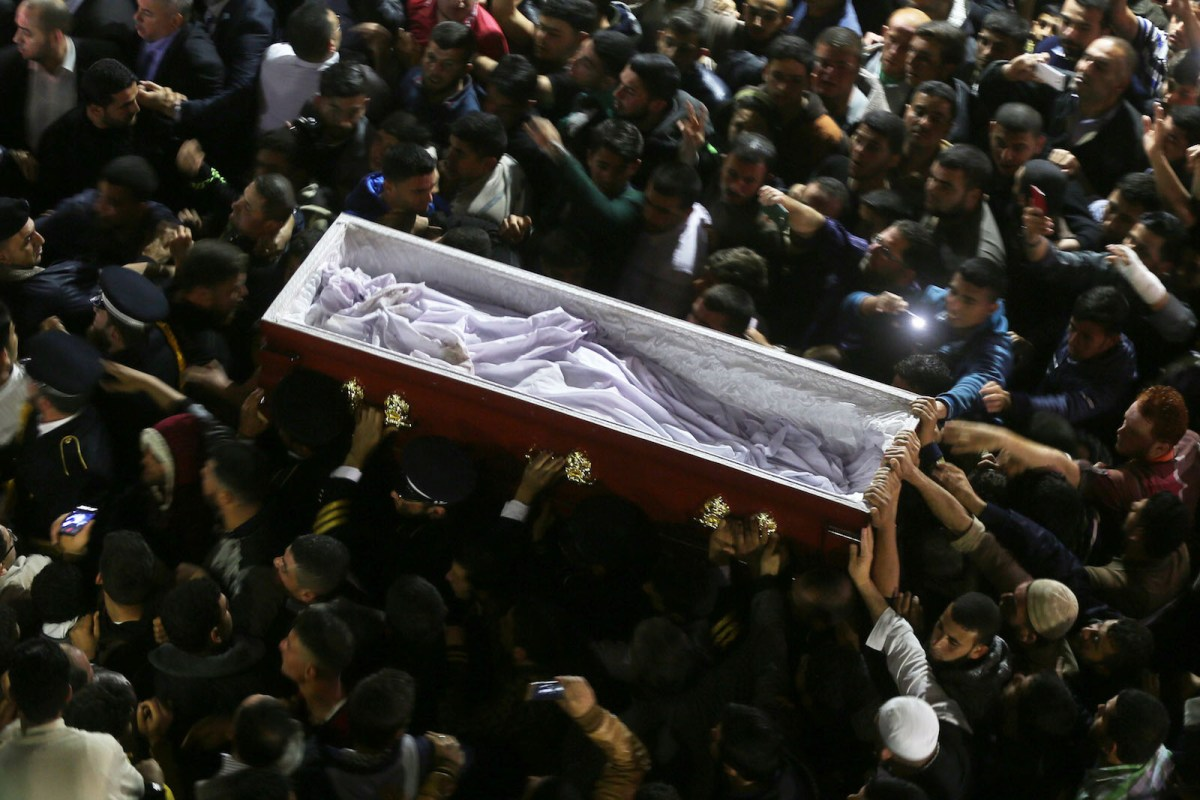Palestinian mourners carry a coffin containing the body of Palestinian scientist Fadi al-Batsh, assassinated in Malaysia, after his body was returned to his native Gaza Strip on April 26, 2018 for his funeral in the city of Jabalia, in the north of the Palestinian enclave. Photo: NurPhoto via AFP Forum/Momen Faiz