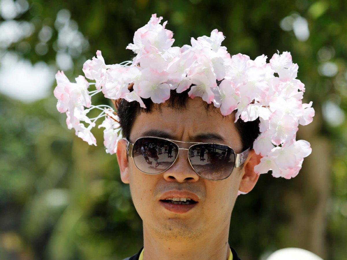 A tourist wears a plastic flower headdress at a beach at Boracay in Philippines, April 9, 2018.  Photo: Reuters/Erik De Castro