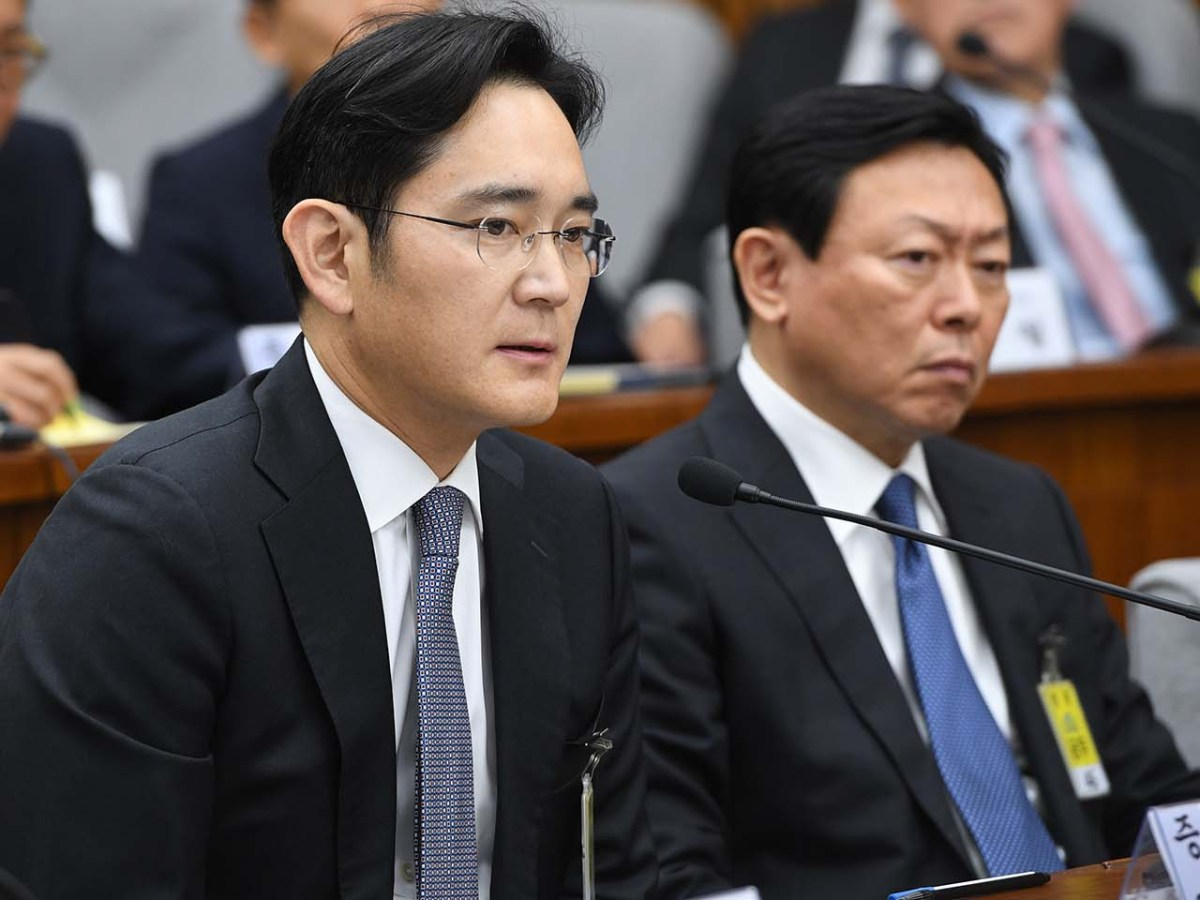 The Korean public and media are more reluctant to highlight the errors of the founding family members of the chaebols, including Samsung Group's heir-apparent Lee Jae-Yong (L) and Lotte Group Chairman Shin Dong-Bin who are attending a parliamentary probe into a scandal engulfing President Park Geun-Hye. Photo: AFP/Jung Yeon-je
