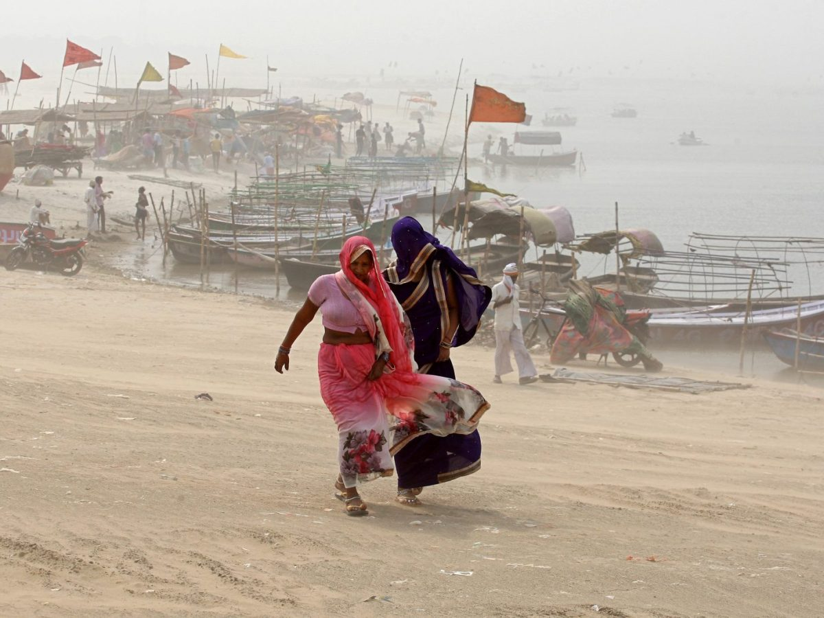 Women cover themselves as they walk on the banks of the River Ganges during a dust storm in Allahabad, India, on April 7, 2018. Photo: Reuters / Jitendra Prakash
