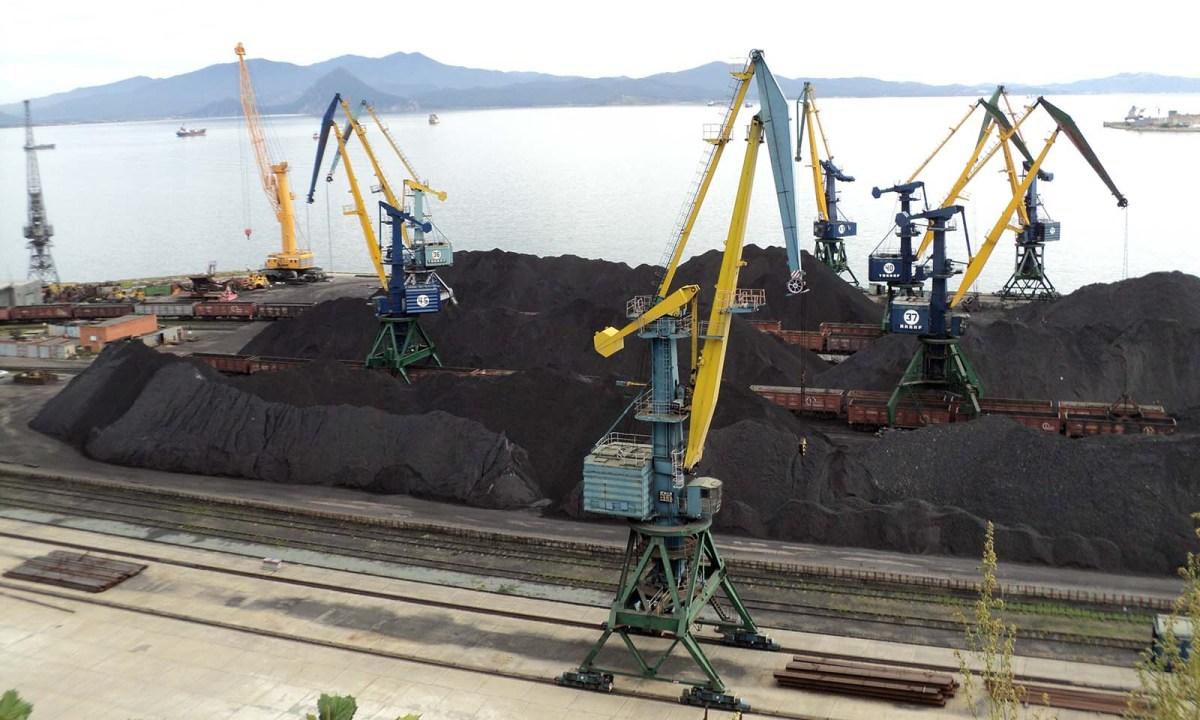 Coal is loaded onto ships in Nakhodka Harbor. Photo: Peruanec/Wikipedia Commons