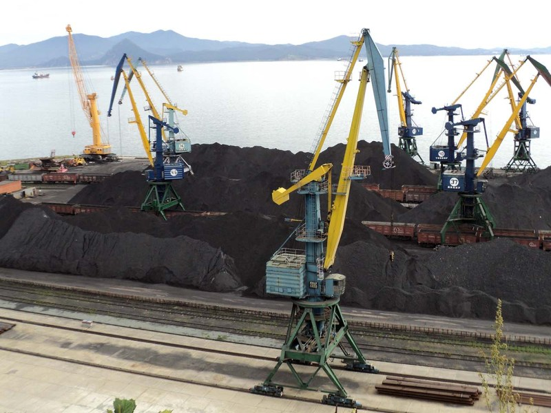 Coal is loaded onto ships in Nakhodka Harbor. Photo: Peruanec/Wikipedia Commons