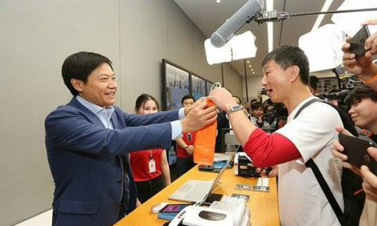 Lei Jun serves a customer in a Xiaomi shop. Photo: Weibo
