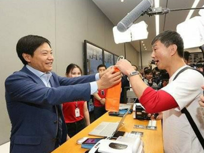 Lei Jun serves a customer in a Xiaomi shop. Photo: Weibo