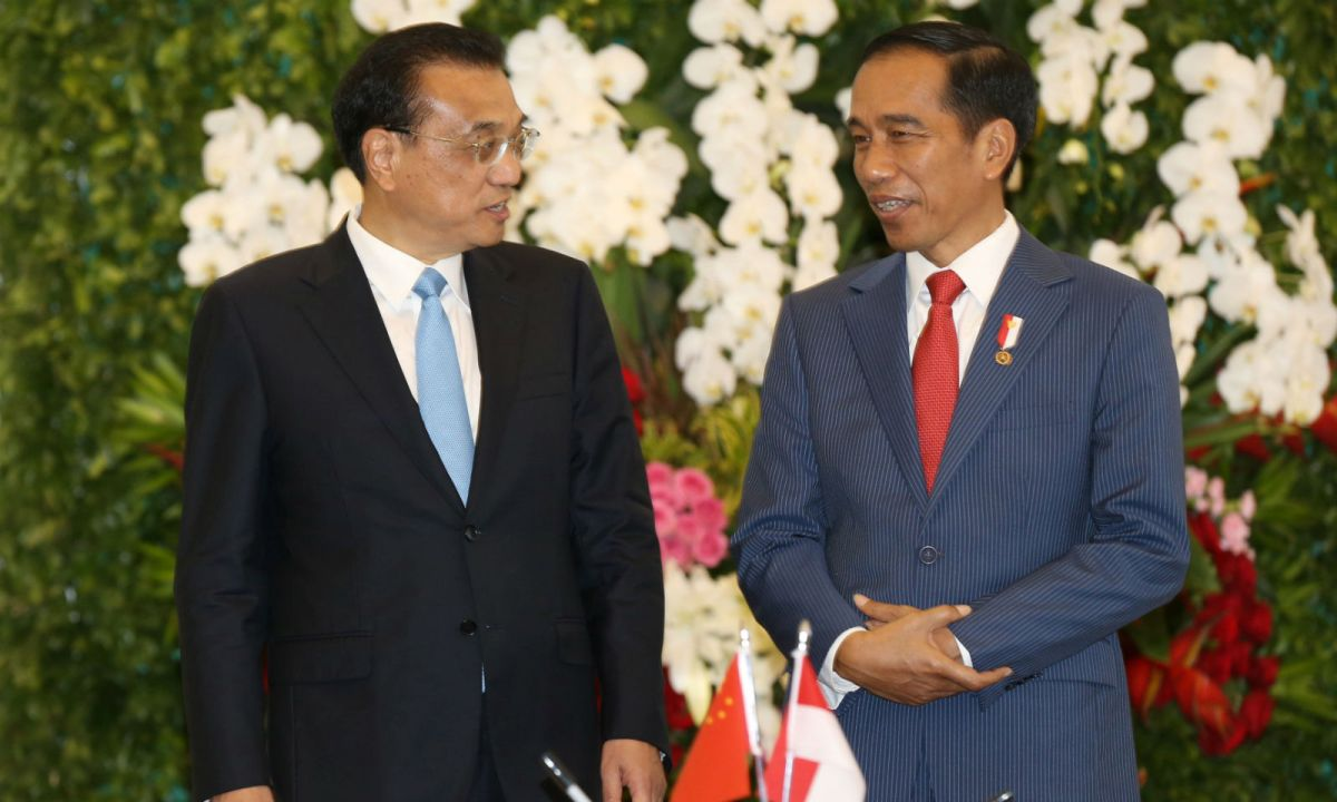 Chinese Premier Li Keqiang (left) and Indonesian President Joko Widodo talk during their meeting at the presidential palace in Bogor, Indonesia. Photo: Dita Alangkara / Reuters
