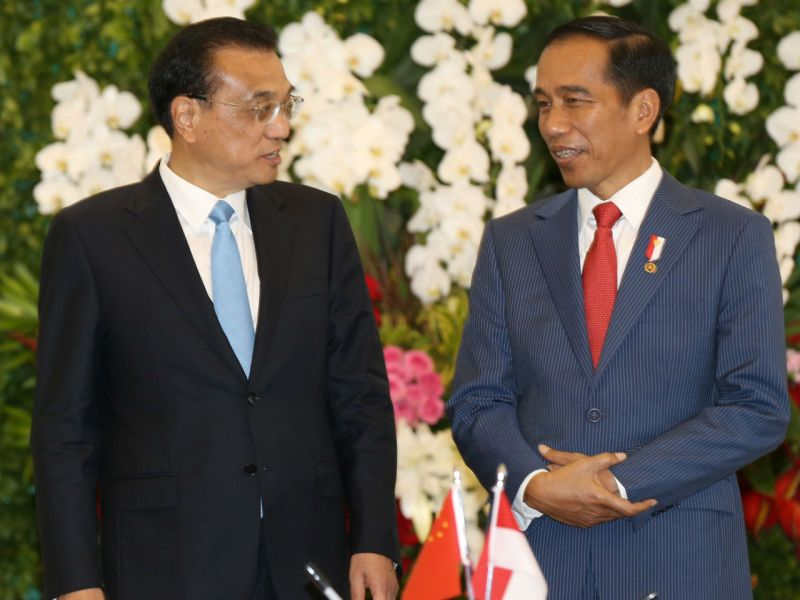 Chinese Premier Li Keqiang (left) and Indonesian President Joko Widodo talk during their meeting at the presidential palace in Bogor, Indonesia. Photo: Dita Alangkara / Reuters