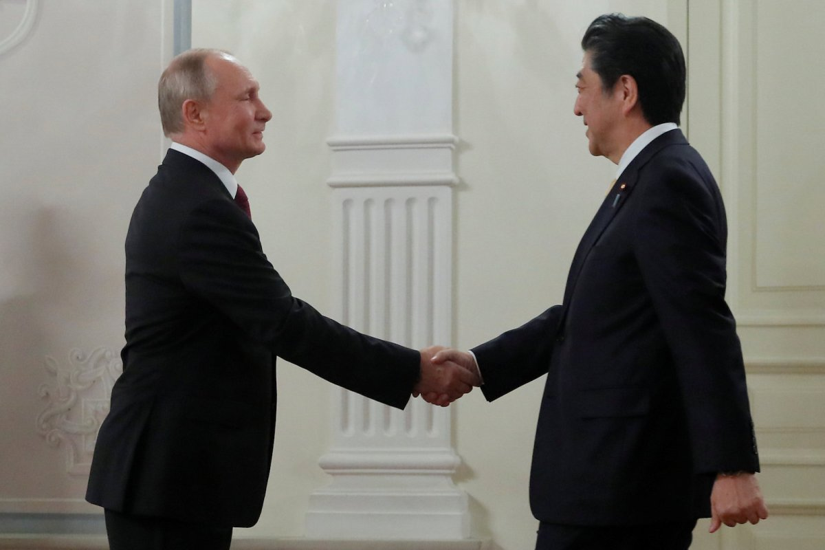 Russian President Vladimir Putin and Japanese Prime Minister Shinzo Abe shake hands before an opening ceremony of the cross-cultural year of Russia and Japan at the Bolshoi Theatre in Moscow on May 26, 2018. Photo: Reuters / Maxim Shemetov