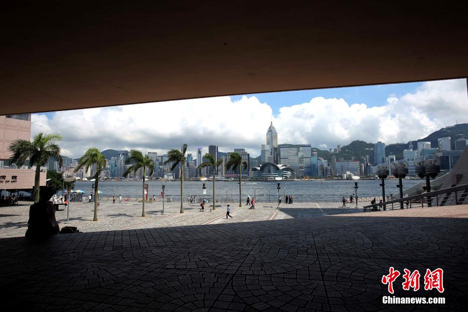 Hong Kong's Tsim Sha Tsui harborfront promenade is almost devoid of tourists under the baking sun. Photo: China News Services