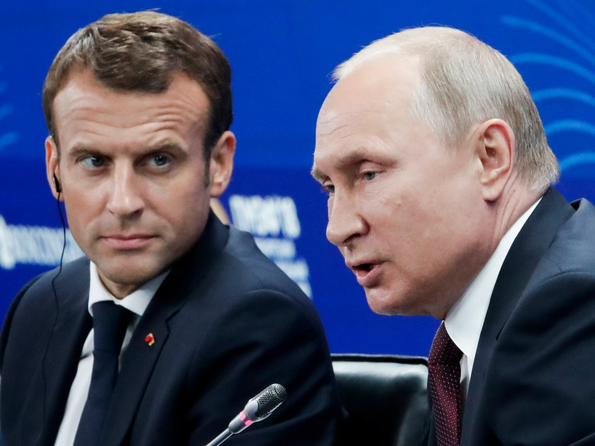 Russian President Vladimir Putin and French President Emmanuel Macron attend a meeting with Russian and French businessmen during the Saint Petersburg International Economic Forum on May 25, 2018. Photo: AFP / Dmitry Lovetsky