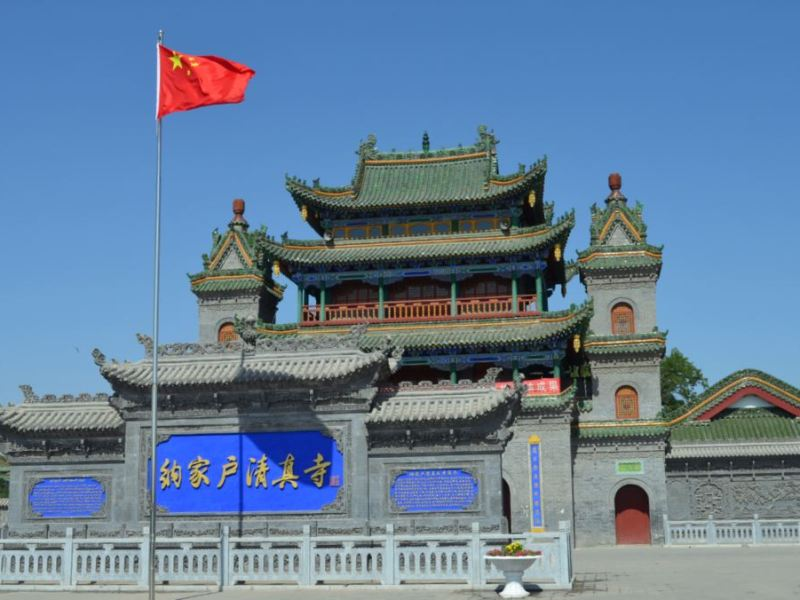 A Chinese flag flies at the Najiahu Mosque, built in traditional Chinese style, in Yinchuan, capital of Ningxia. Photo: VOA