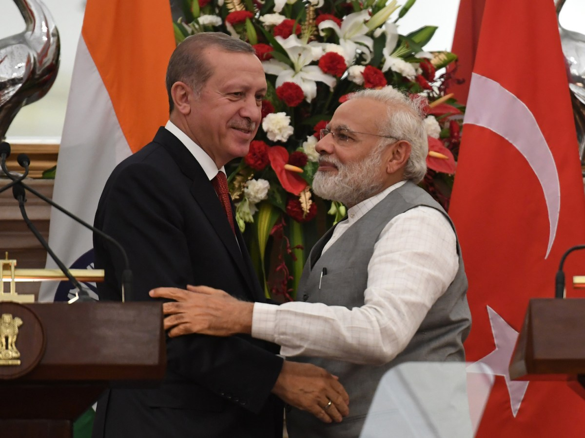 Turkish President Recep Tayyip Erdogan (L) and Indian Prime Minister Narendra Modi greet each other after an exchange of agreements during a joint press conference in New Delhi on May 1, 2017.Photo: AFP/Prakash Singh