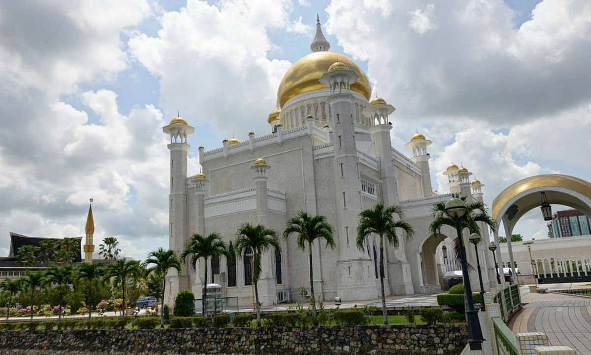 The Omar Ali Saifuddin Mosque in Brunei. Photo: Wikimedia Commons, Thesupermat2