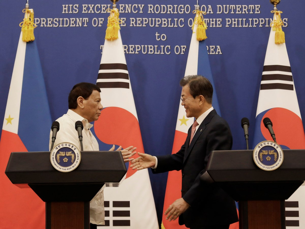 Philippine President Rodrigo Duterte (L) reaches for a hand shake with South Korean President Moon Jae-in (R) after a meeting at the presidential Blue House in Seoul June 4, 2018. Photo: AFP/Ahn Young-joon/Pool
