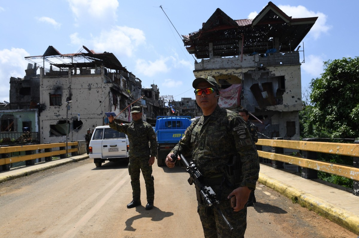 Soldiers man a checkpoint along Mapandi bridge in Marawi City on the southern island of Mindanao, April 1, 2018. Photo: AFP/Ted Aljibe